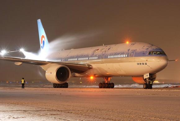 Winter Flughafen Schnee Eis Korean Air B-777 HL7751