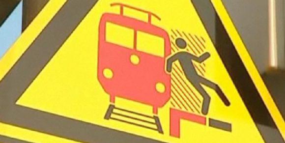 Warnung vor einem vorbeifahrenden Zug Sog Sogwirkung Bahn Schild an Bahnsteigen Piktogramm
