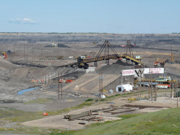 Abbau von Ölsand in Alberta, Kanada in der Syncrude Mildred Lake Mine, Fort McMurray