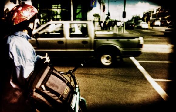 Australisches Kind trägt einen Fahrradhelm - Wegen der Radhelmpflicht?
