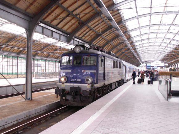 modernisierter Bahnhof in Breslau Polen mit EC Wawel