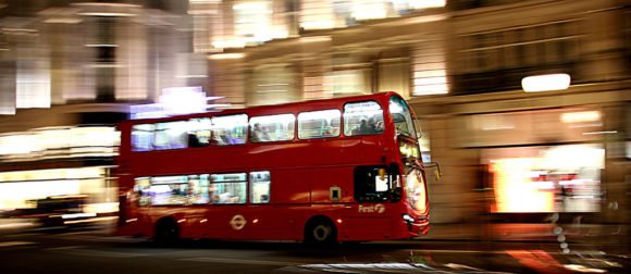 Bus in London mit Blur Effekt