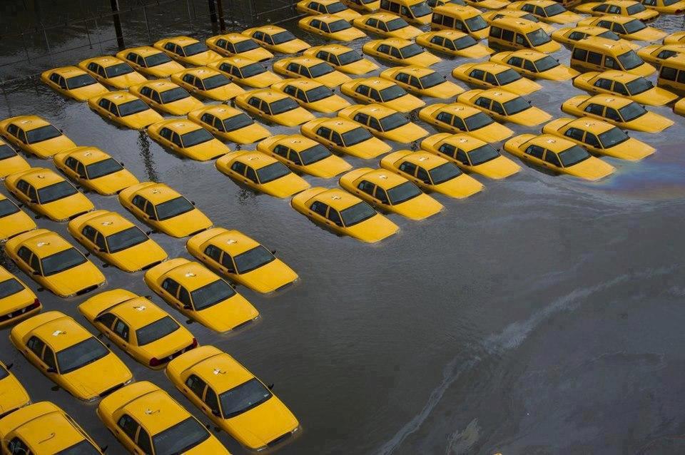 Abgesoffene Taxis nach dem Hurrikan Sandy 2012