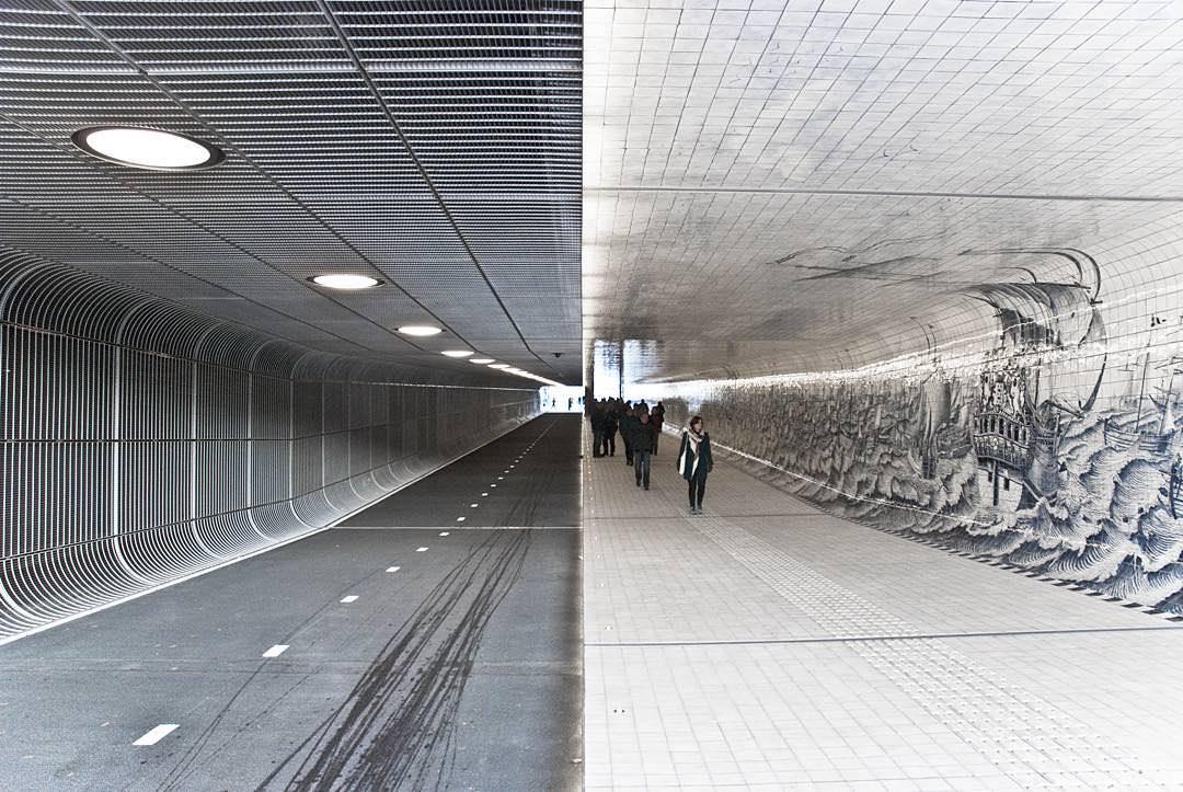 Eine Langsamverkehrspassage unter dem Amsterdamer Hauptbahnhof