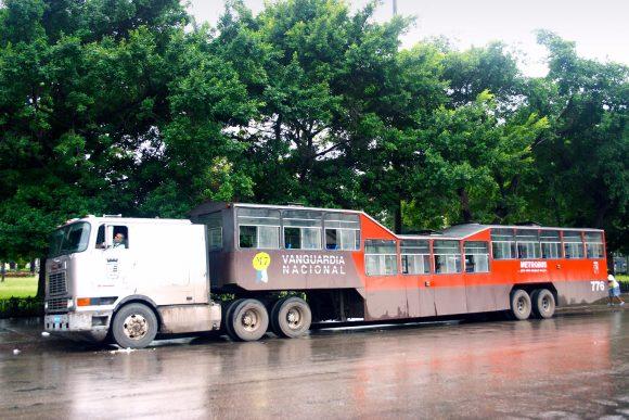 Camello in Havanna Kuba Sattelzugomnibus
