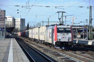 Kombiverkehr Lokomotive mit Lkw-Aufliegern