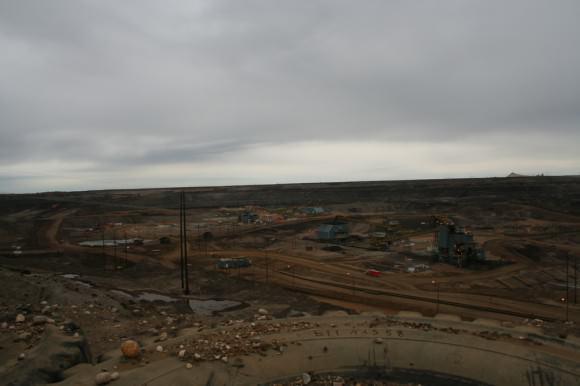Abbau von Ölsand in Alberta, Kanada in der Aurora Mine, Fort McMurray