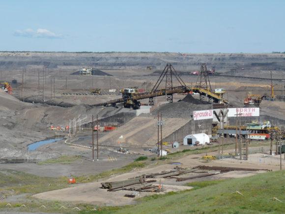 Abbau von Ölsand in Alberta, Kanada in der Syncrude Mildred Lake Mine, Fort McMurray