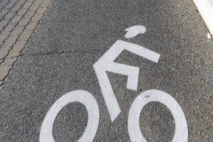 Radhelmpflicht Straßenmarkierung Radhelm