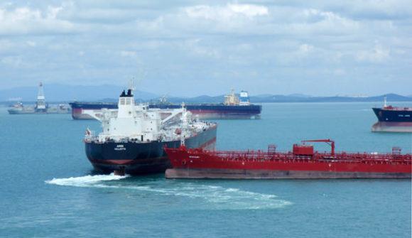 Beinahekollision zweier Tanker in Singapur 2011 Hafen Chemikalientanker Öltanker