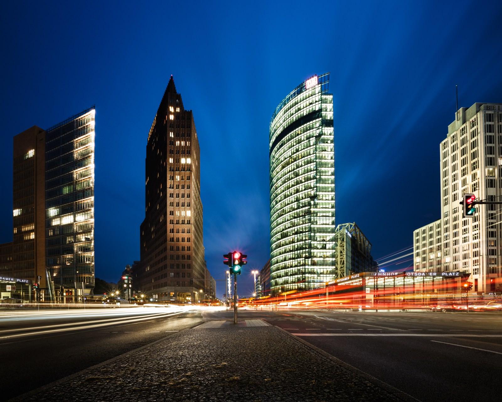 Potsdamer Platz Berlin Nachtaufnahme Ampel