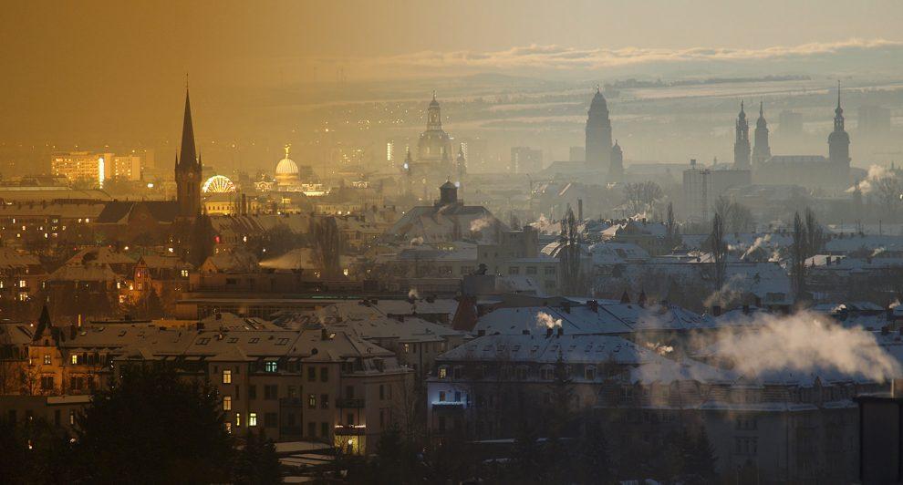 Die Dresdner Silhouette der Stadt mit Abgas und Nebel