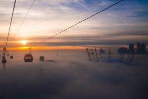 Emirates Air Line London Seilbahn urban im Nebel