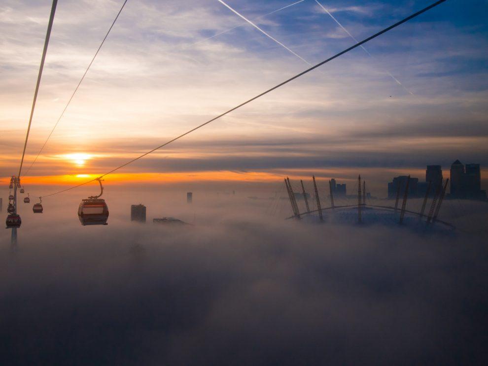 Emirates Air Line London Seilbahn urban im Nebel