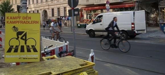 Schild in Berlin mit Kampf den Kampfradlern