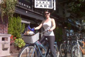 Einkaufstour mit dem Fahrrad zum lokalen Supermarkt zum Einkauf von lebensmitteln