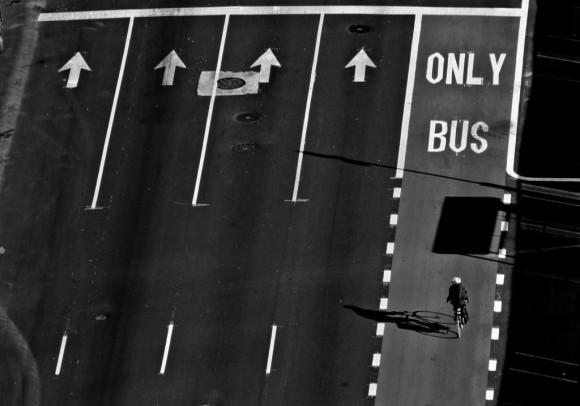 Tolle Perspektive von Busspur und Radfahrer