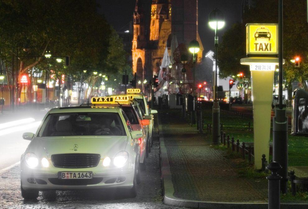 Ein Taxistand in Berlin mit wartenden Taxis in der Nacht