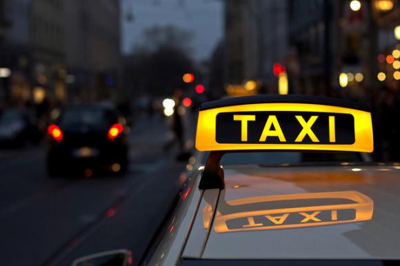 Illuminiertes Taxischild auf einem Berliner Taxi