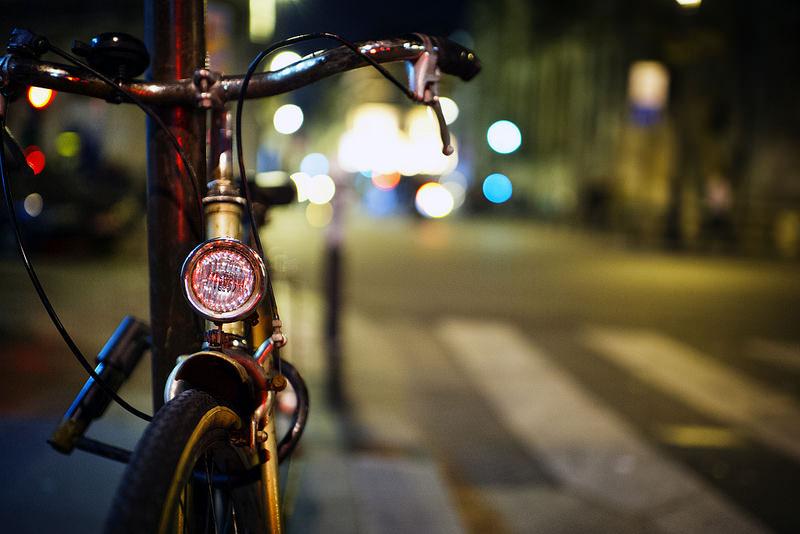 Schick illuminiertes Fahrrad in Paris