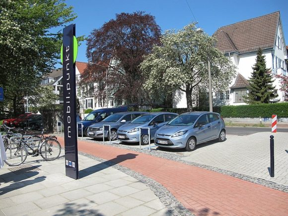 Intermodaler Verknüpfungspunkt in Bremen mobilpunkt mit Carsharing Fahrradverleihsystem
