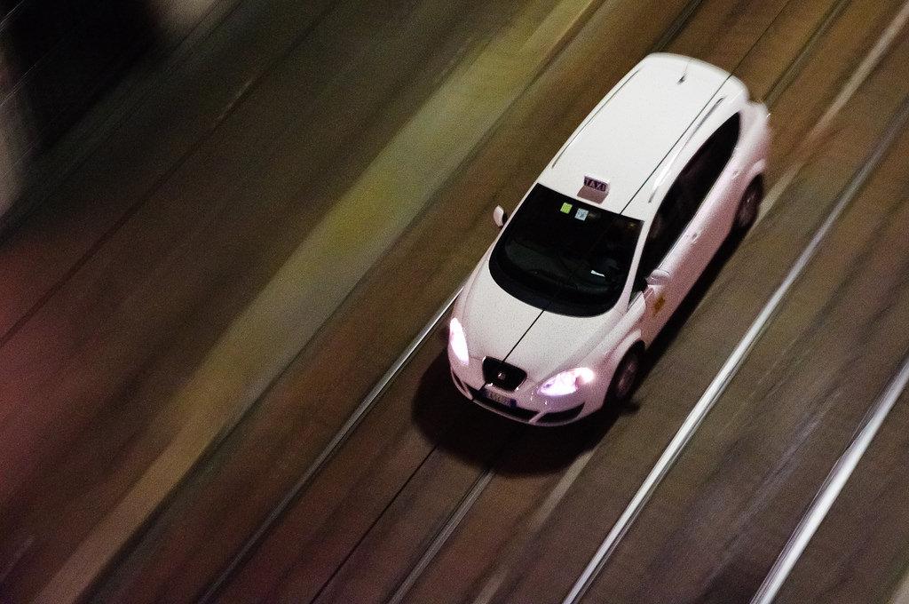 Taxi in Mailand Nachtaufnahme Geschwindigkeitseffekt Dachaufnahme