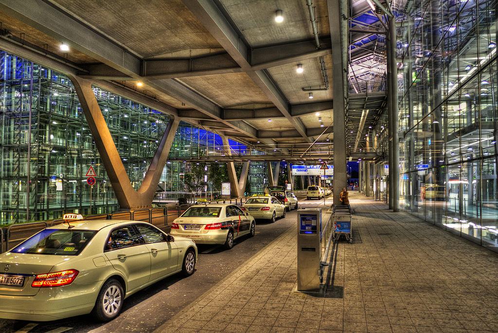 Taxis am Kölner Flughafen HDR-Aufnahme Creative Commons