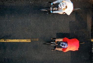 Zwei Radfahrer mit Fahrradhelm in den USA