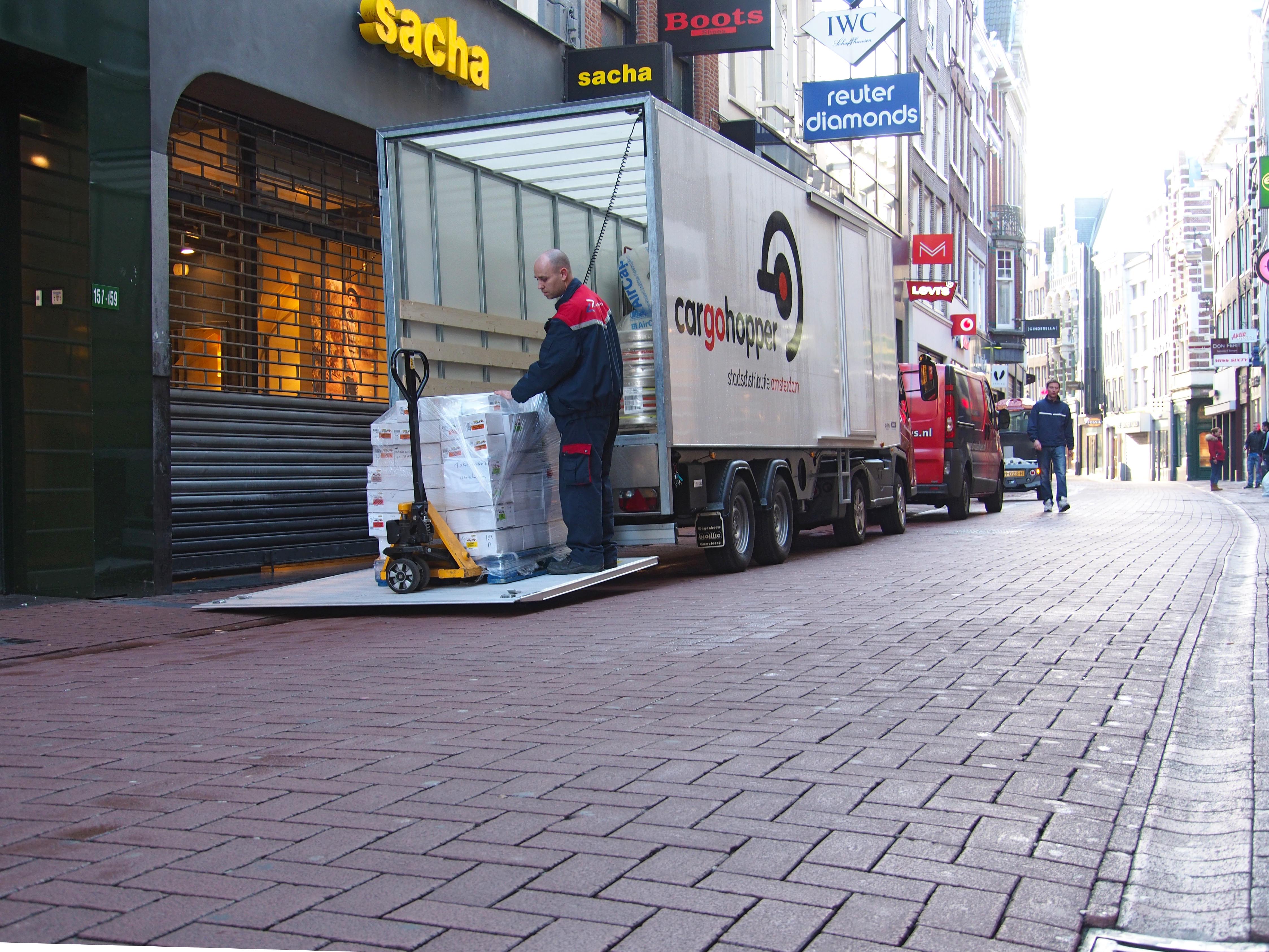 Cargohopper in Amsterdam Niederlande Innenstadtlogistik Sattelzug Innenstadt Auflieger Rollcontainer