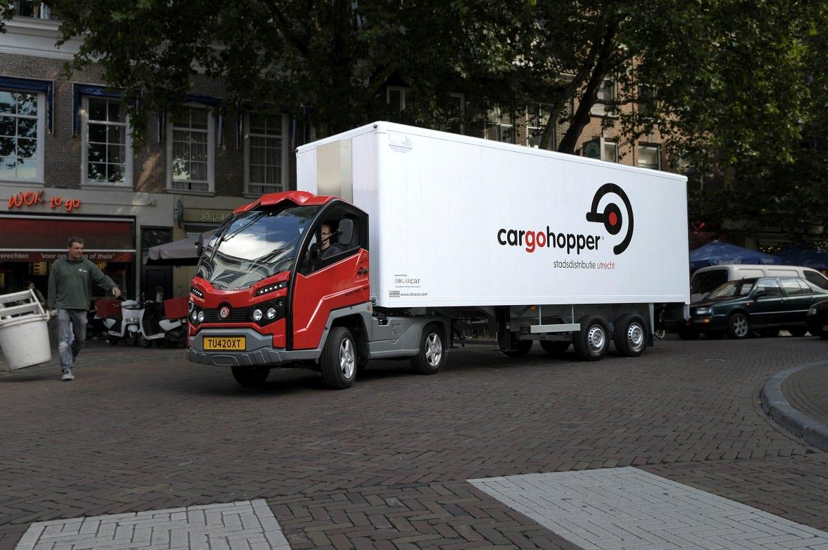 Cargohopper in Utrecht Niederlande Innenstadtlogistik Sattelzug Innenstadt Auflieger Rollcontainer