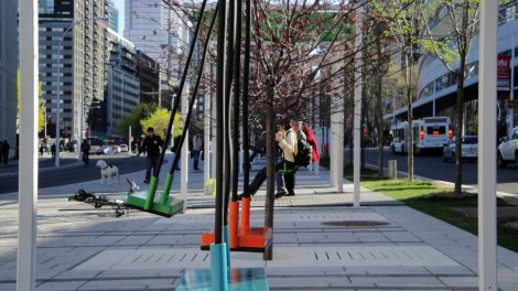 Schaukeln in der Stadt Montreal bunt auf der Straße nahe Bushaltestelle Kanada Kunstprojekt