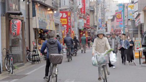 Eine Japanerin transportiert mit dem Fahrrad ihre Einkäufe nach Hause