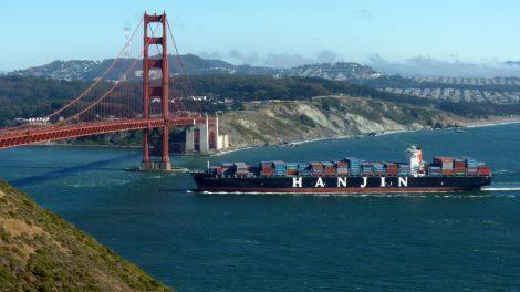 Containerschiff unter der Golden Gate Bridge