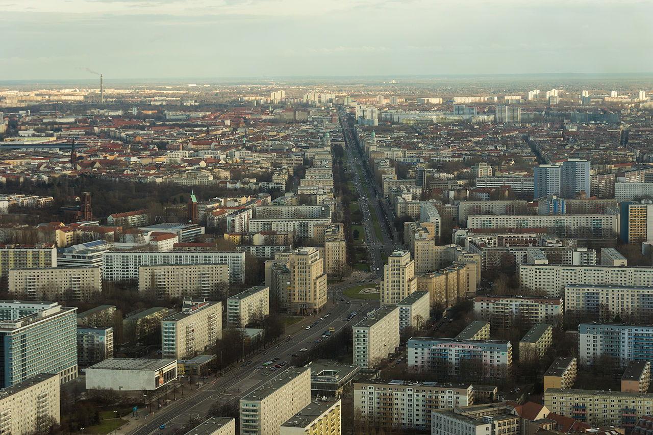 Karl-marx-Allee in Berlin Soziualismus Bauweise vom Fernsehturm