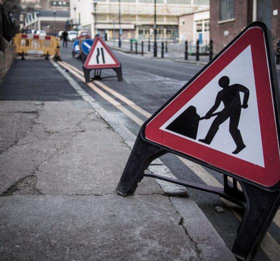 Baustellenschild Großbritannien UK Creative Commons