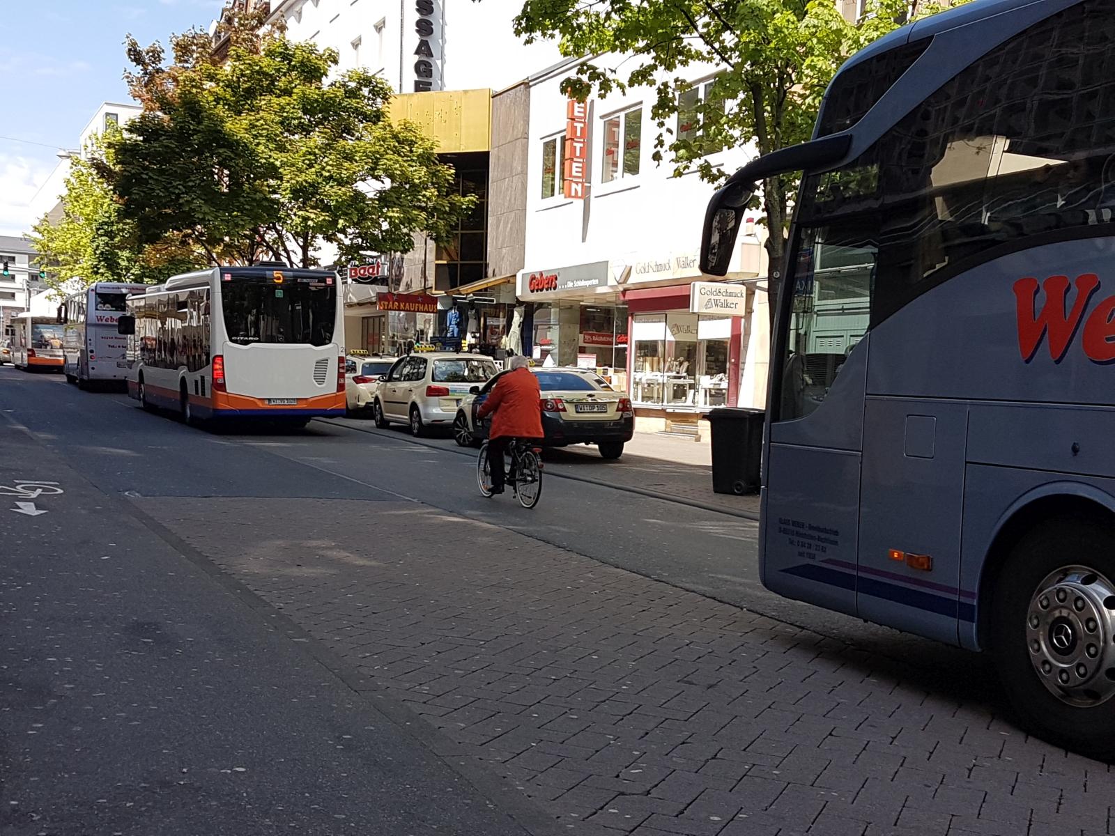 Wiesbaden Friedrichstraße Radfahrer ÖPNV Busspur
