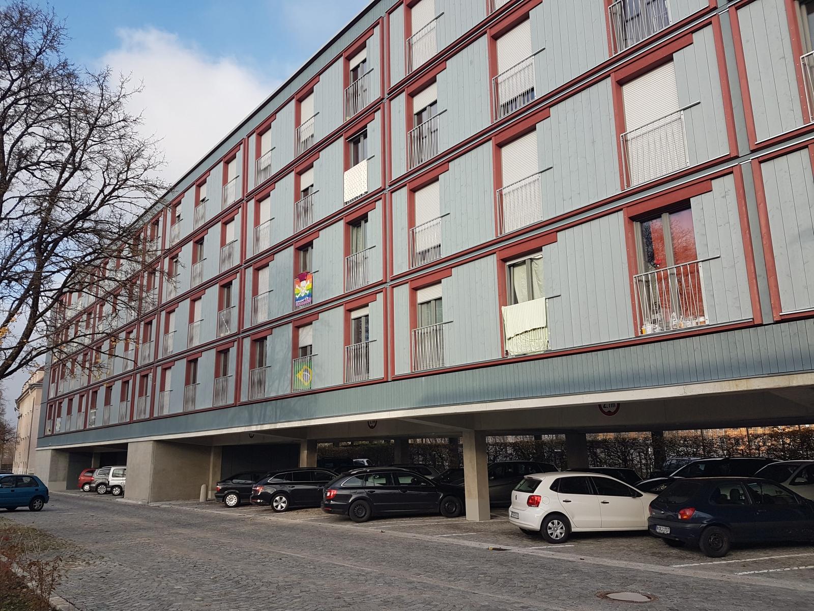 Dantebad München Überbauung Parkplatz bezahlbarer Wohnraum unten parken oben Wohnen