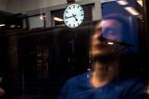 Bahnverspätung Symbolbild Uhr Nachtaufnahme