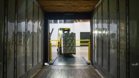 Güterverkehr Logistik Laderampe mit Gabelstapler